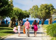 Η οικογένεια πηγαίνει σε έναν βλαστό φωτογραφιών, διακοπές, θάλασσα Στοκ Εικόνες