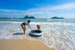 Η οικογένεια που έχει τη διασκέδαση παίζει υπαίθρια στη θάλασσα στο manao AO prachuap Στοκ φωτογραφία με δικαίωμα ελεύθερης χρήσης