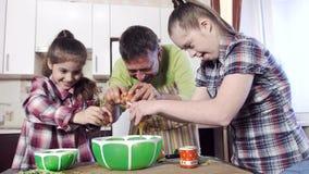 Η οικογένεια προετοιμάζει τα τρόφιμα από τα αυγά κοτόπουλου φιλμ μικρού μήκους
