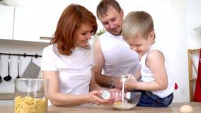 Η οικογένεια προετοιμάζει τις νιφάδες γιατί η μητέρα προγευμάτων γεμίζει τις νιφάδες καλαμποκιού για το γιο απόθεμα βίντεο