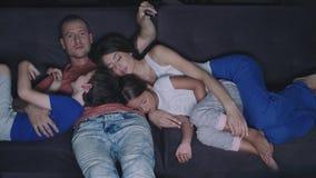 Η οικογένεια προσέχει τη TV το βράδυ απόθεμα βίντεο