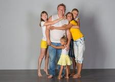 Η οικογένεια στέκεται σε έναν γκρίζο στοκ εικόνες με δικαίωμα ελεύθερης χρήσης