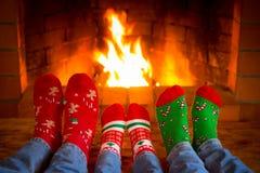 Η οικογένεια στα Χριστούγεννα κτυπά βίαια κοντά στην εστία στοκ εικόνα με δικαίωμα ελεύθερης χρήσης
