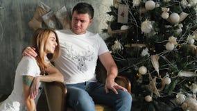 Η οικογένεια σύλλεξε γύρω από το χριστουγεννιάτικο δέντρο Εσωτερικό Χριστουγέννων απόθεμα βίντεο