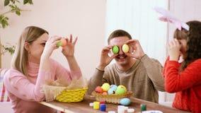 Η οικογένεια της καυκάσιας εμφάνισης έχει τη διασκέδαση που γύρω και παίρνοντας έτοιμος για Πάσχα, δροσίστε τα αυγά Πάσχας και το απόθεμα βίντεο