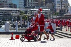 η οικογένεια τρέχει το santa τ Στοκ Εικόνες