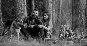 Η οικογένεια χαλαρώνει την έννοια Ερωτευμένη ή νέα ευτυχής οικογένεια ζεύγους στοκ εικόνα