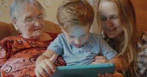 Η οικογένεια χρησιμοποιεί τη συνεδρίαση ταμπλετών στον καναπέ απόθεμα βίντεο