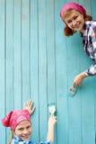 Η οικογένεια χρωματίζει έναν ξύλινο τοίχο του μπλε χρώματος Ιδέα της επισκευής Στοκ φωτογραφίες με δικαίωμα ελεύθερης χρήσης