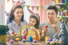 Η οικογένεια χρωματίζει τα αυγά Στοκ Εικόνες