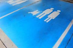 Η οικογένεια χώρων στάθμευσης αυτοκινήτων είναι σπασμένη Στοκ Φωτογραφίες