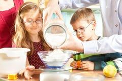 Η οικογένεια ψήνει τα μπισκότα Στοκ εικόνα με δικαίωμα ελεύθερης χρήσης