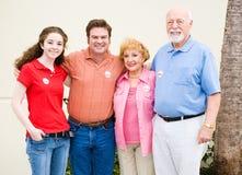 η οικογένεια ψηφίζει μαζί Στοκ εικόνα με δικαίωμα ελεύθερης χρήσης
