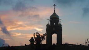 Η οικογένεια Cossacks στα ιστορικά ενδύματα ανέβηκε το λόφο στο παρεκκλησι απόθεμα βίντεο