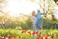 Η οικογένεια mom με τη γυναίκα κορών με το παιδί στέκεται την άνοιξη και HU στοκ εικόνες με δικαίωμα ελεύθερης χρήσης