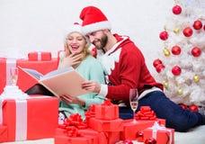 Η οικογενειακή αγκαλιά πίνει τη σαμπάνια κοντά στο χριστουγεννιάτικο δέντρο λεύκωμα οικογενειακών φωτογραφιών Θυμηθείτε τις φωτει στοκ εικόνα