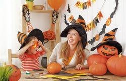 Η οικογενειακή μητέρα και η κόρη παιδιών προετοιμάζονται για αποκριές και Στοκ εικόνα με δικαίωμα ελεύθερης χρήσης
