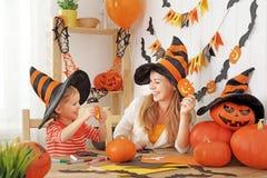 Η οικογενειακή μητέρα και η κόρη παιδιών προετοιμάζονται για αποκριές και Στοκ Φωτογραφία