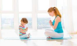 Η οικογενειακή μητέρα και η κόρη παιδιών συμμετέχουν στην περισυλλογή και το Υ στοκ φωτογραφία με δικαίωμα ελεύθερης χρήσης