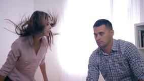 Η οικογενειακή σύγκρουση, λυπημένο αρσενικό υφίσταται τις κραυγές και τις πληγές του υ θηλυκού κατά τη διάρκεια της ψύχωσης με το φιλμ μικρού μήκους