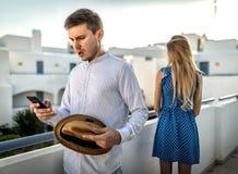 Η οικογενειακή φιλονικία μεταξύ του συζύγου ζευγών και της συζύγου προέσβαλε υπαίθριο μυστική αλληλογραφία στην προδοσία τηλεφωνι στοκ φωτογραφία