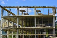 Η οικοδόμηση πλαισίων των σωρών, πλάκες, ακτίνες του νέου κτηρίου Στοκ Φωτογραφίες