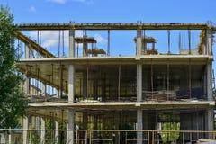Η οικοδόμηση πλαισίων των σωρών, πλάκες, ακτίνες του νέου κτηρίου Στοκ εικόνα με δικαίωμα ελεύθερης χρήσης