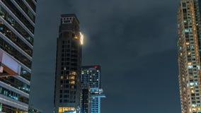 Η οικοδόμηση πύργων χρόνος-σφάλματος τη νύχτα με τα γρήγορα κινούμενα σύννεφα στον ουρανό, κλείνει επάνω απόθεμα βίντεο