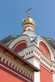 Η οικοδόμηση της Ορθόδοξης Εκκλησίας με έναν χρυσό θόλο και το σταυρό Στοκ Εικόνες
