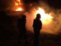 η οικοδόμηση της σκάλας εθελοντών πυροσβεστών πυρκαγιάς βάζει έξω Στοκ εικόνα με δικαίωμα ελεύθερης χρήσης
