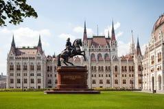 Η οικοδόμηση του ουγγρικού Κοινοβουλίου Αριστερή πτέρυγα μπροστινής άποψης Άγαλμα του αναβάτη στην πλάτη αλόγου Στοκ εικόνες με δικαίωμα ελεύθερης χρήσης