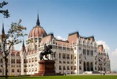 Η οικοδόμηση του ουγγρικού Κοινοβουλίου Μπροστινή όψη Άγαλμα του αναβάτη στην πλάτη αλόγου Στοκ φωτογραφίες με δικαίωμα ελεύθερης χρήσης