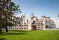Η οικοδόμηση του ουγγρικού Κοινοβουλίου Μπροστινή όψη Άγαλμα του αναβάτη στην πλάτη αλόγου Στοκ Φωτογραφία