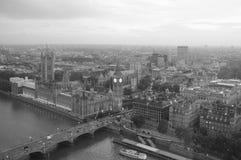 η οικοδόμηση του σύγχρονου ποταμού του Λονδίνου τοπίων ακτών εικονικής παράστασης πόλης εμφανίζει Τάμεση στοκ φωτογραφίες