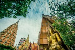 Η οκτάγωνη παγόδα, η κινεζική παγόδα, Vihara και το μεγάλο χρυσό άγαλμα του Βούδα σε Wat Tham SuaTiger ανασκάπτουν το ναό, περιοχ Στοκ Φωτογραφίες