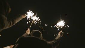Η ομάδα ανθρώπων γιορτάζει το νέο έτος στην οδό με τα sparklers r Ευτυχώς και χαρωπά, οι άνθρωποι γιορτάζουν το νέο έτος μέσα απόθεμα βίντεο
