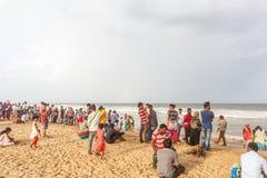 Η ομάδα ανθρώπων σύλλεξε στην παραλία μαρινών, που έχει τη διασκέδαση στα ωκεάνια κύματα με τα όμορφα σύννεφα, Chennai, Ινδία στι στοκ εικόνες