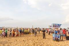 Η ομάδα ανθρώπων σύλλεξε στην παραλία μαρινών, που έχει τη διασκέδαση στα ωκεάνια κύματα με τα όμορφα σύννεφα, Chennai, Ινδία στι στοκ φωτογραφία