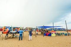Η ομάδα ανθρώπων σύλλεξε στην παραλία μαρινών, που έχει τη διασκέδαση στα ωκεάνια κύματα με τα όμορφα σύννεφα, Chennai, Ινδία στι στοκ φωτογραφίες με δικαίωμα ελεύθερης χρήσης