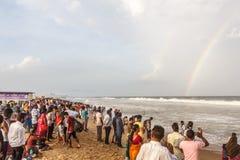Η ομάδα ανθρώπων σύλλεξε στην παραλία μαρινών, που έχει τη διασκέδαση στα ωκεάνια κύματα με το μπλε ουρανό, σχηματισμός ουράνιων  στοκ φωτογραφία