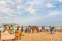 Η ομάδα ανθρώπων σύλλεξε στην παραλία μαρινών, που έχει τη διασκέδαση στα ωκεάνια κύματα με τα όμορφα σύννεφα, Chennai, Ινδία στι στοκ φωτογραφίες