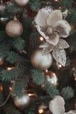 Η ομάδα ασημένιων και χρυσών παιχνιδιών Χριστουγέννων ζυγίζει στην πράσινη κινηματογράφηση σε πρώτο πλάνο χριστουγεννιάτικων δέντ Στοκ Εικόνες