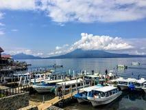 η ομάδα βαρκών γύρου ελλιμένισε κατά μήκος των ακτών Panajachel, λίμνη Atitlan, Γουατεμάλα στοκ εικόνες
