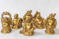 Η ομάδα γελώντας Βούδα χρωμάτισε στο χρυσό χρώμα σε ένα άσπρο σκηνικό Μακροεντολή με το εξαιρετικά ρηχό βάθος του τομέα Στοκ Εικόνες
