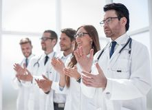 Η ομάδα γιατρών επιδοκιμάζει, στεμένος στο νοσοκομείο στοκ φωτογραφία με δικαίωμα ελεύθερης χρήσης