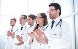 Η ομάδα γιατρών επιδοκιμάζει, στεμένος στο νοσοκομείο στοκ φωτογραφία