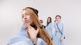 Η ομάδα γυναικών παίρνει ένα selfie στο άσπρο στούντιο απόθεμα βίντεο