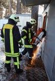 Η ομάδα διάσωσης ανοίγει την παρεμποδισμένη πόρτα στοκ εικόνες με δικαίωμα ελεύθερης χρήσης