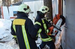 Η ομάδα διάσωσης ανοίγει την παρεμποδισμένη πόρτα στοκ εικόνα