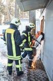 Η ομάδα διάσωσης ανοίγει την παρεμποδισμένη πόρτα στοκ εικόνα με δικαίωμα ελεύθερης χρήσης